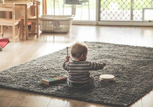 Jak uczyć dziecko domowych obowiązków przez zabawę?